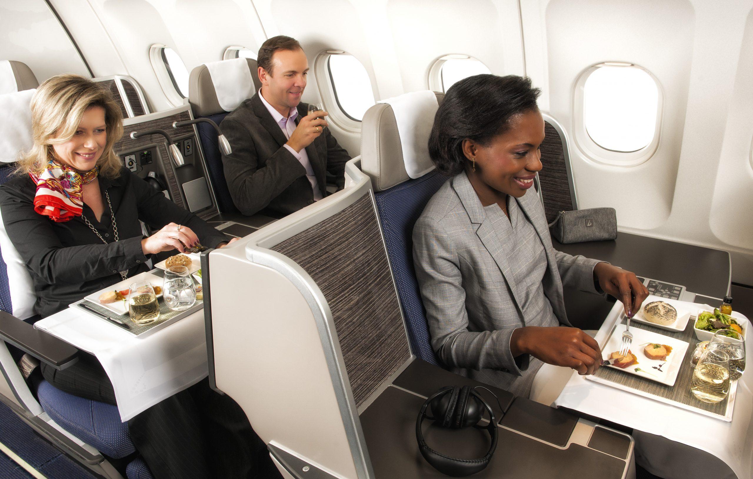Brussels Airlines har en rigtig god business class, den benyttede en ung belgisk hacker til at få fløjet sig og to venner til New York. Pressefoto fra Brussels Airlines, personerne har ikke noget med sagen at gøre.