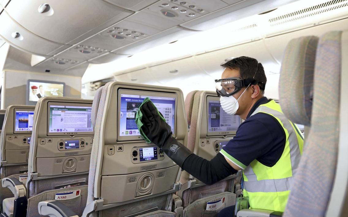 """Rejsebranchen venter på dagen, hvor grænserne åbnes. I mellemtiden lider også rejsebranchen. """"Jeg vil blive overrasket, hvis der ikke kommer flere fyringsrunder i rejsebureauerne,"""" siger Profil Rejsers direktør. På pressefotoet rengøres et fly fra Emirates."""