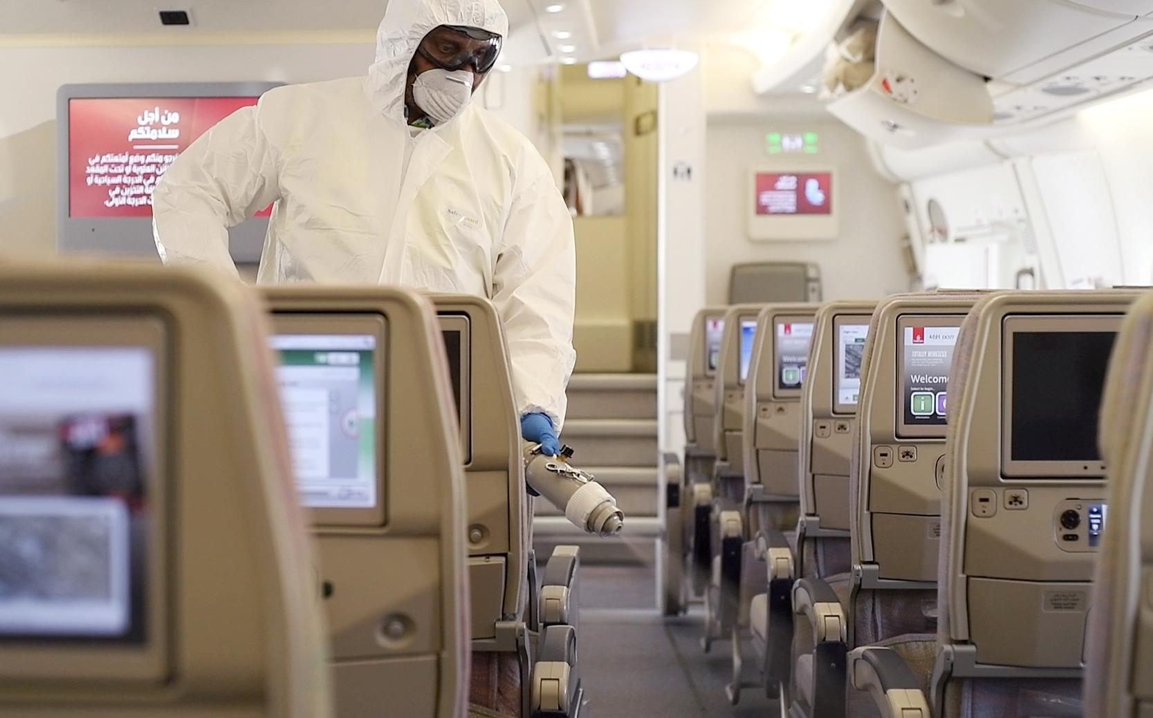 Hoteller, rejsebureauer og flyselskaber samt mange andre i rejsebranchen slås mod virkningerne i coronavirussen. Her pressefoto fra flyselskabet Emirates med ekstra grundig af selskabets fly.