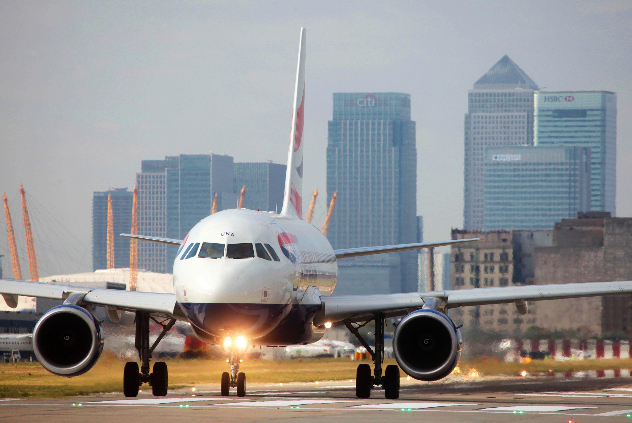 En Airbus A318 fra British Airways i London City Airport, hvorfra BA dagligt flyver til New Yorks JFK-lufthavn med en kabine med blot 32 business class-sæder. Ruten tager nu en pause til september. Arkivpressefoto: British Airways.
