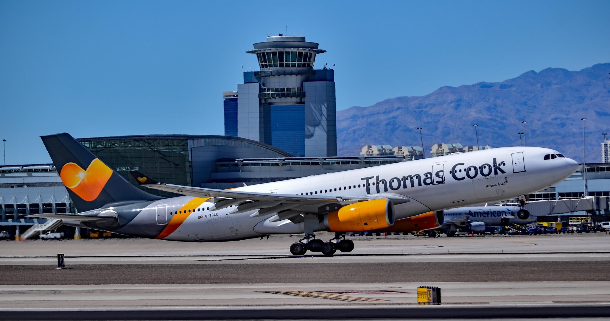 Det er denne Airbus A330-200 fra danske Sunclass Airlines, dog stadig i Thomas Cook Airlines-bemalingen, der nu er på vej fra Phuket til København efter at have hentet strandede danske og nordiske statsborgere i Filippinerne. Her er flyet fotograferet i Las Vegas' lufthavn af Tomás Del Coro, foto via Wikipedia.