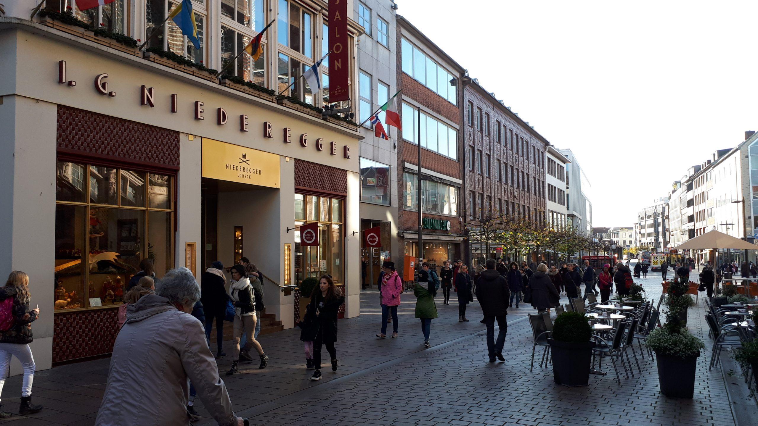 Det er hovedsageligt tyske byer med kultur og shopping, der trækker i danskerne, oplyser Tysk Turist Information i Danmark. Her er det fra centrum af nordtyske Lübeck med til venstre det berømte marcipanfirma Niederegger, en af byens store turistattraktioner. Foto: Henrik Baumgarten.