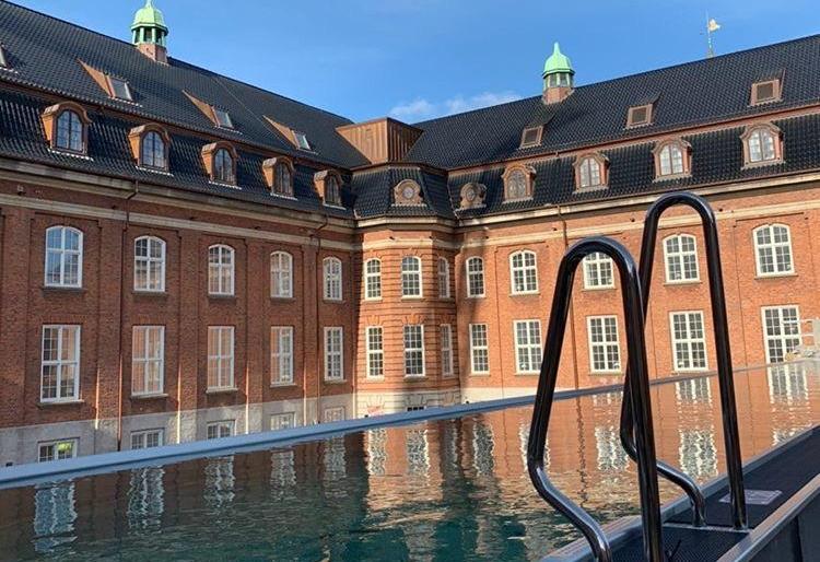 Københavns nye luksushotel, Villa Copenhagen, har rykket sin åbning til 14. maj. Hoteller byder blandt andet på en 25 meter lang udendørs pool, der miljøvenligt opvarmes med overskudsvarme fra hotellet. Linkedinfoto fra Villa Copenhagen.