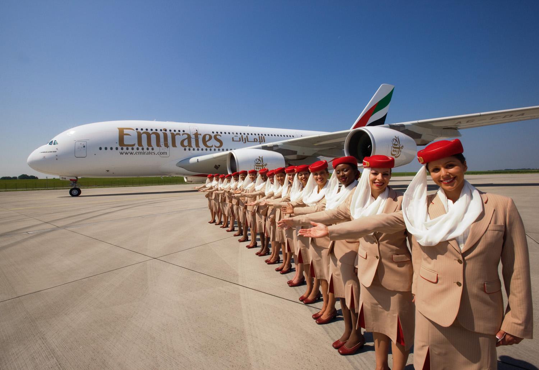 Normalt har en Airbus A380-flyvning hos Emirates op til 23 kabineansatte ombord – færre passagerer og mere cargo i kabinen betyder at enkelte afgange vil lette med flot fire kabineansatte. Arkivpressefoto fra Emirates.