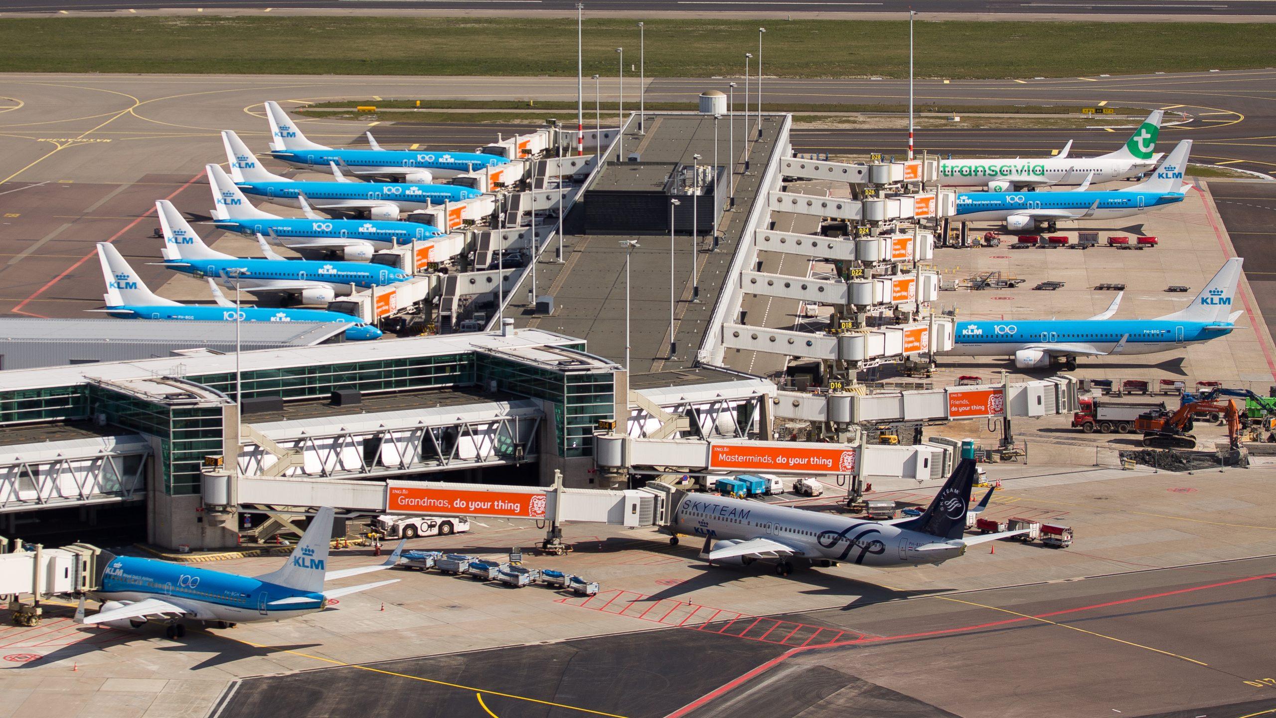Europa har ikke, som for eksempel USA, store områder med tør ørkenluft, hvor fly kan parkeres. Derfor holder flyene typisk i de europæiske lufthavn. Her er der stor sammenstimling af KLM-fly i Amsterdams lufthavn. Foto: KLM.