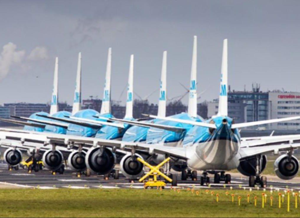 KLM's presse-hjemmeside er ikke leveringsdygtig i fotos med flytoiletter – til gengæld er der en del som disse; langtidsparkerede fly i hovedlufthavnen, Schiphol. Foto: KLM.