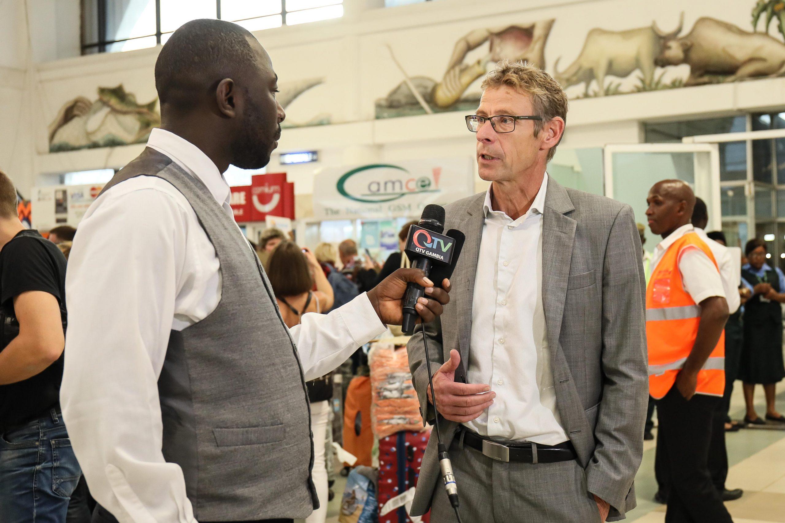Søren Damstrup er ikke kun et kendt ansigt i den danske rejsebranche, det er han også i Gambias turistbranche. Her er der – før coronakrisen – TV-interview ved lufthavnen i Gambias hovedstad, Banjul. Privatfoto.