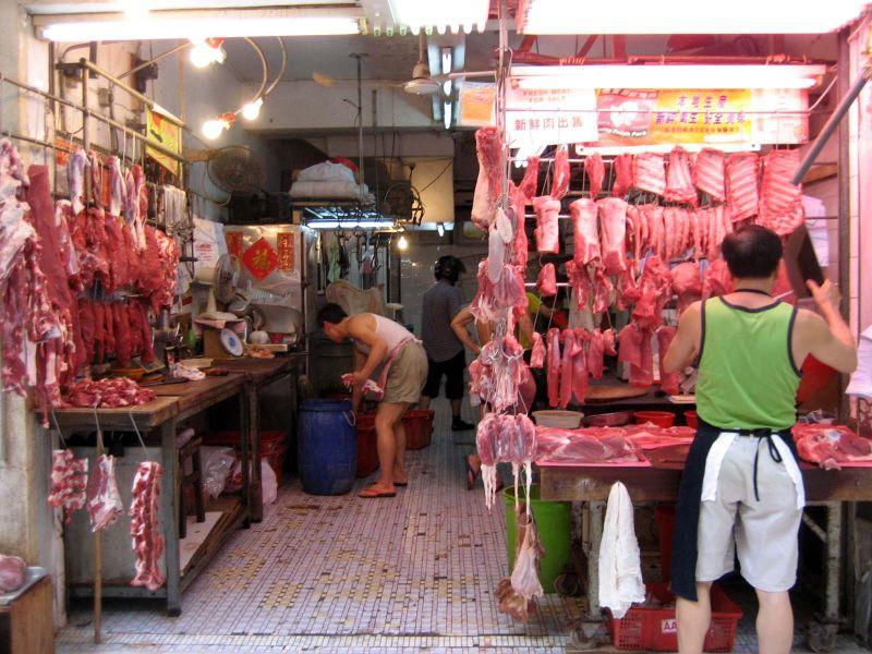 Der er mange såkaldte wet markets i blandt andet Asien, herunder Kina, hvor også vilde dyr opbevares og slagtes under uhygiejniske forhold. Her er det et sådan marked i Hong Kong. Wikipedia-foto: FuriousGeorge1