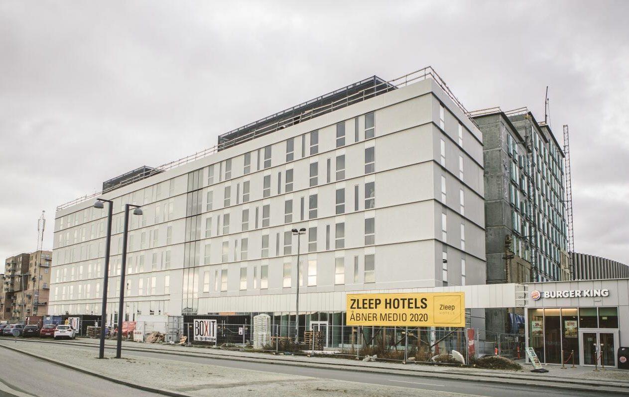 Til sommer åbner Zleep Hotel kædens hidtil største hotel i Danmark. Det ligger tæt på Royal Arena i Ørestad og får 211 værelser. I år kommer Zleep op på cirka 1.600 hotelværelser i Danmark – cirka 20 procent flere end for et år siden. Illustration: Zleep Hotels.