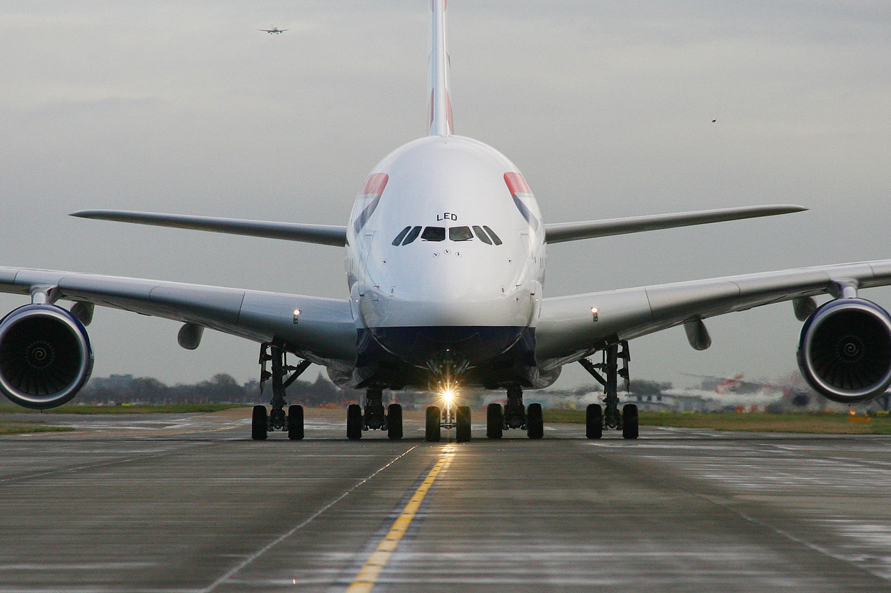 British Airways har 12 Airbus A380, men ingen brug for dem i denne coronatid. Her er en af dobbeltdækkeren i London Heathrow. Pressefoto: British Airways, Nick Morrish.