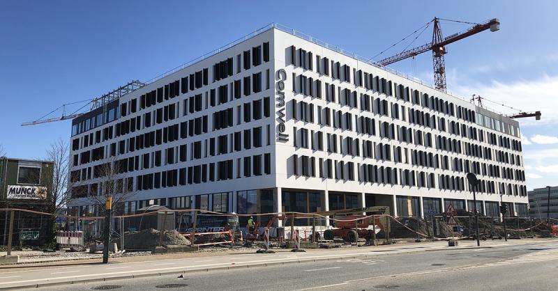 Comwell fastholder åbningen af koncernens hidtil største hotel og dens første i København. Comwell Portside har netop fået sine facadeskilte på plads. Foto: Comwell.