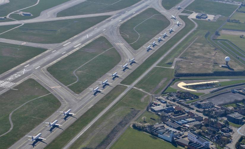 Grænsebommene er nede, ingen fly er på vingerne og heller ikke rejsebureauerne har indtægter, men skal tilbagebetale beløb for solgte, men siden annullerede rejser. Arkivfoto fra Københavns Lufthavn med parkerede fly.