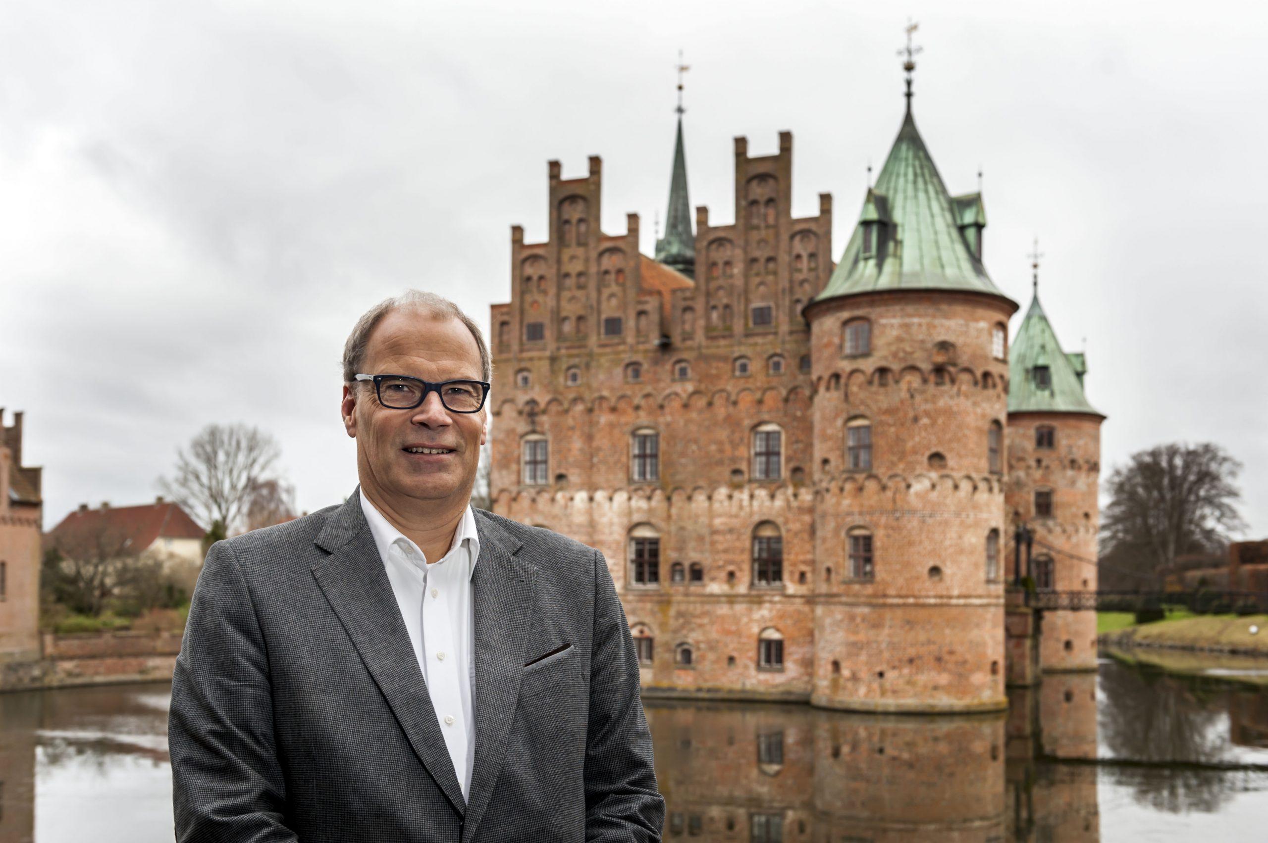 Henrik Neelmeyer har 35 års bred erfaring fra den danske rejsebranche. Han er i dag direktør for Egeskov Slot og har tidligere været salgsdirektør hos Smyril Line (færgeruten mellem Danmark og Færøerne), ejer af rejsebureauet Krone Rejser og direktør for Spies. Pressefoto: Egeskov Slot.