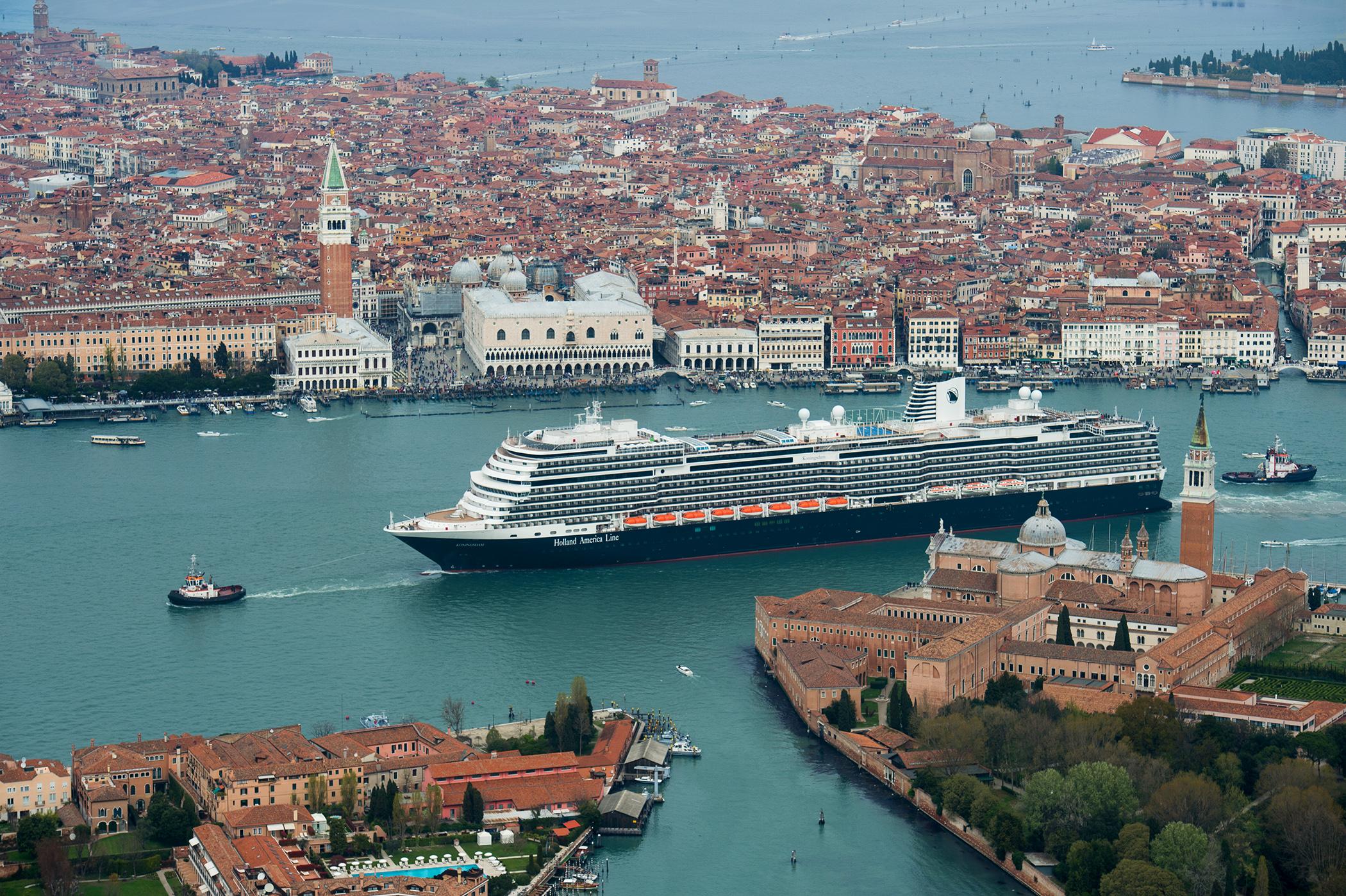 Krydstogtkoncernen Carnival har fået en tiltrængt milliardinvestering fra Saudi Arabien. Et af koncernens varemærker er Holland America Line, her er af dets skibe, Koningsdam, på besøg i Venedig. Arkivpressefoto Carnival Corporation.