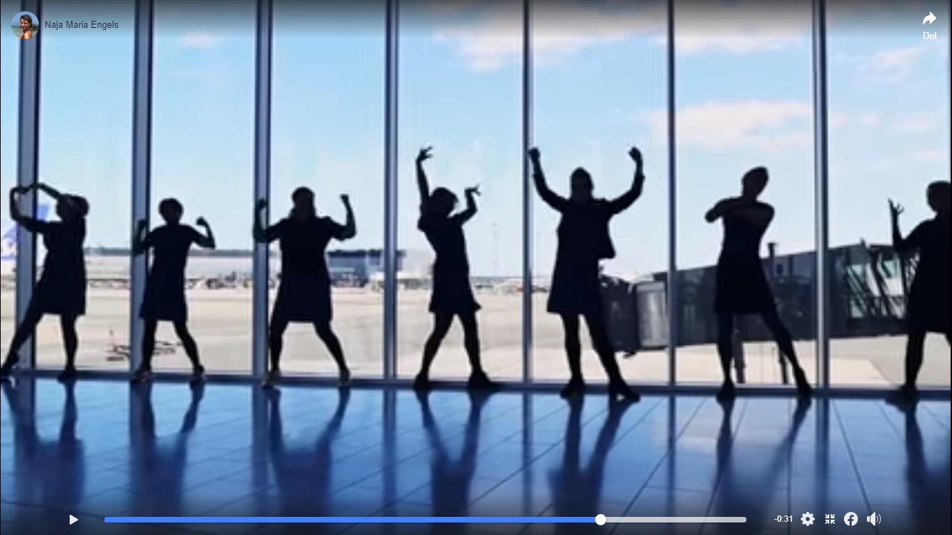 """Der er link til video nederst i artiklen. Til sangen """"I'm Still Standing"""" danser SAS-ansatte i Københavns Lufthavn – og synger til sidst """"I'm Still Flying."""" Det sker forhåbentligt snart igen! Screenshot fra Facebook."""