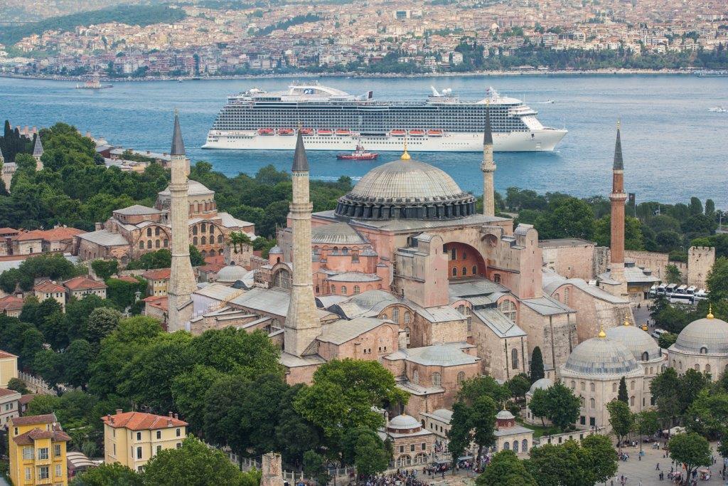 Også krydstogtindustrien står overfor mange udfordringer på den anden side af coronakrisen. Her er skibet Regal Princess ved Tyrkiets største by, Istanbul. Pressefoto Carnival Cruise Line.