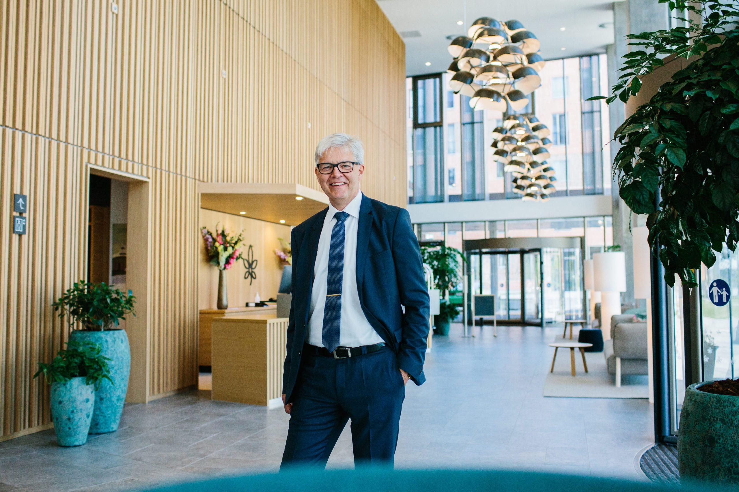 Claus Birk Larsen fotograferet i dag, torsdag, hvor han blev præsenteret for medarbejderne på Alsik-hotellet i Sønderborg. PR-foto.