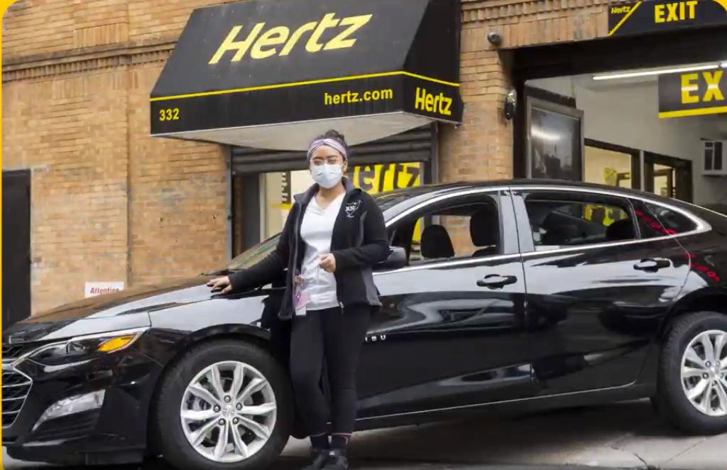 Hertz i USA er i enorme økonomiske problemer, men kæmper for at undgå konkurs. Mens dette arbejde pågår, kan der stadig lejes Hertz-biler. PR-foto fra forleden, hvor Hertz fortalte om sin støtte til USA's sundhedspersonale under coronakrisen.