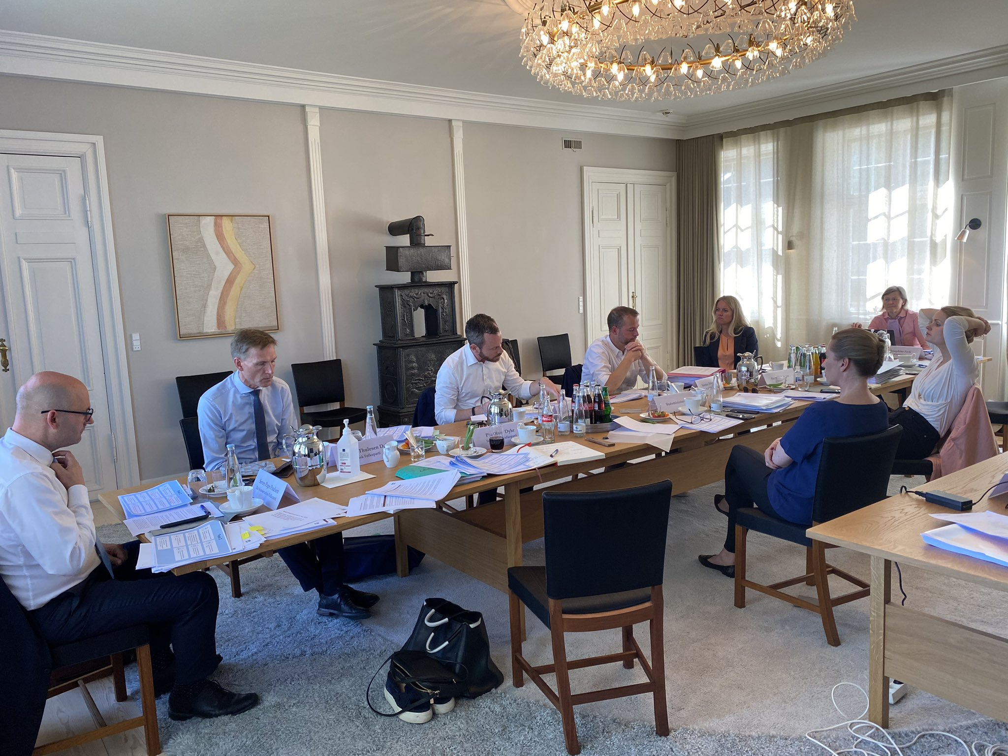 Partilederne fra Folketinget under torsdagens forhandlinger på Marienborg om Fase 2 af genåbningen. Twitterfoto fra SF's formand, Pia Olsen Dyhr.