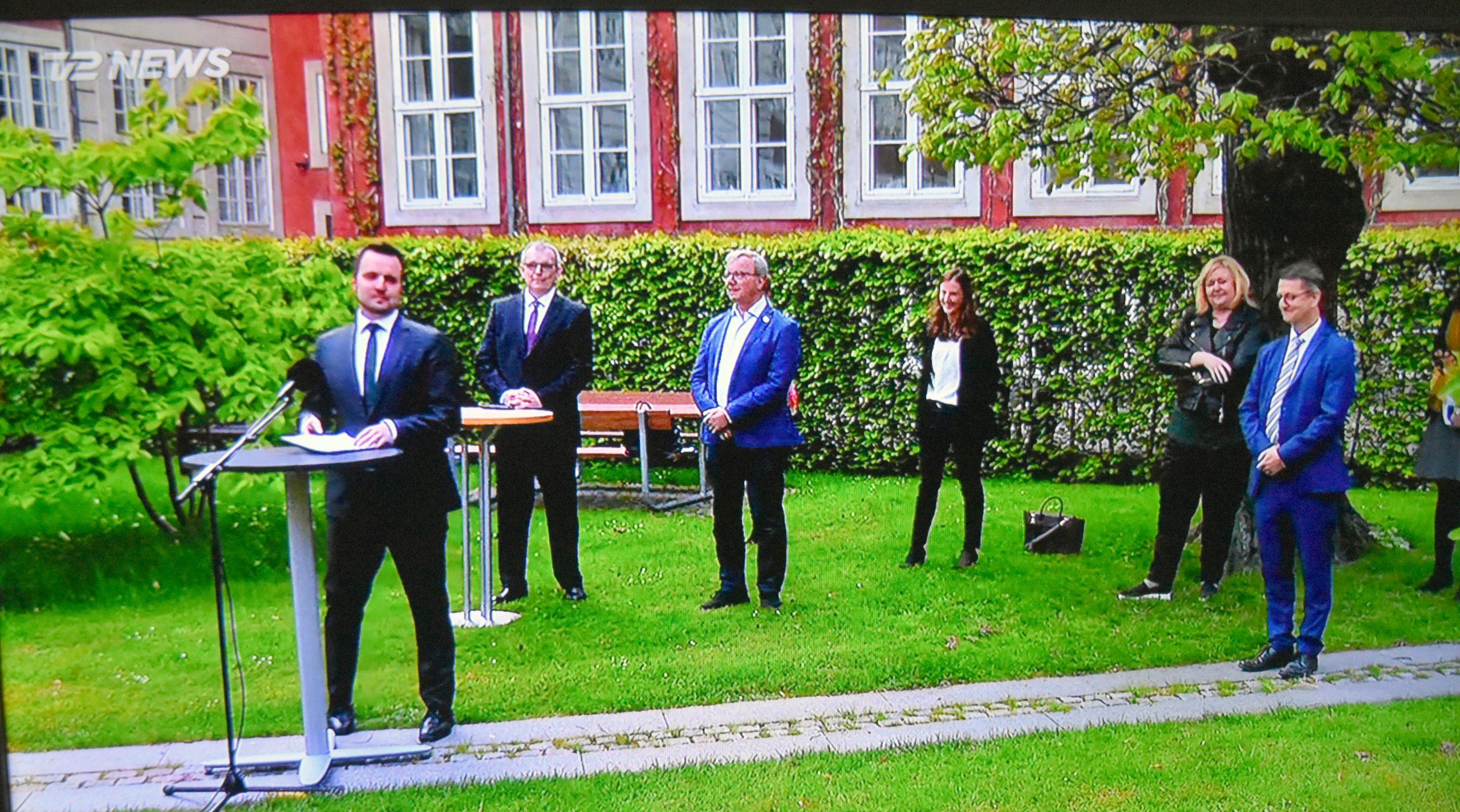 Erhvervsminister Simon Kollerup præsenterer dagens aftale om rejsebureauerne, til højre Venstres erhvervsordfører, Torsten Schack Pedersen, der roses af DRF for sin medvirken til at tydeliggøre rejsebureauernes problemer overfor de andre politikere. Foto: Preben Pathuel.