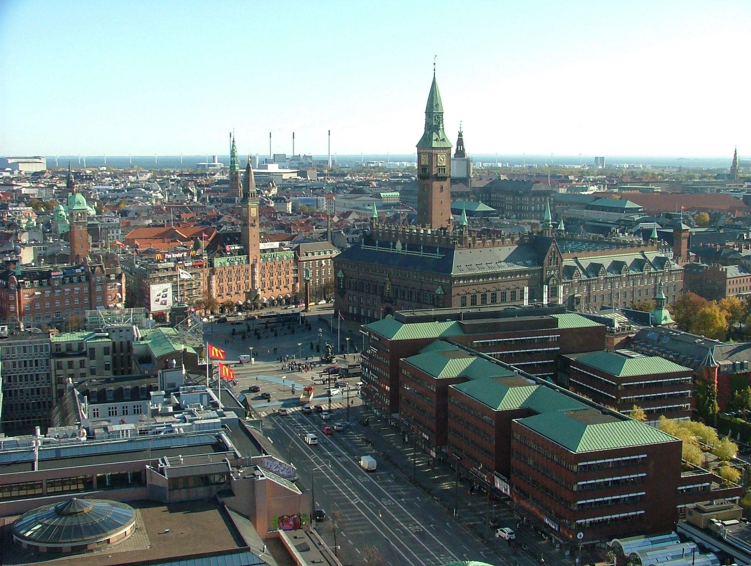København er Danmarks største indtjener af de udenlandske turismemilliarder og er meget afhængig af turister der kommer flyvende til hovedstaden. Her arkivfoto ud over Rådhuspladsen. Foto: Henrik Baumgarten.