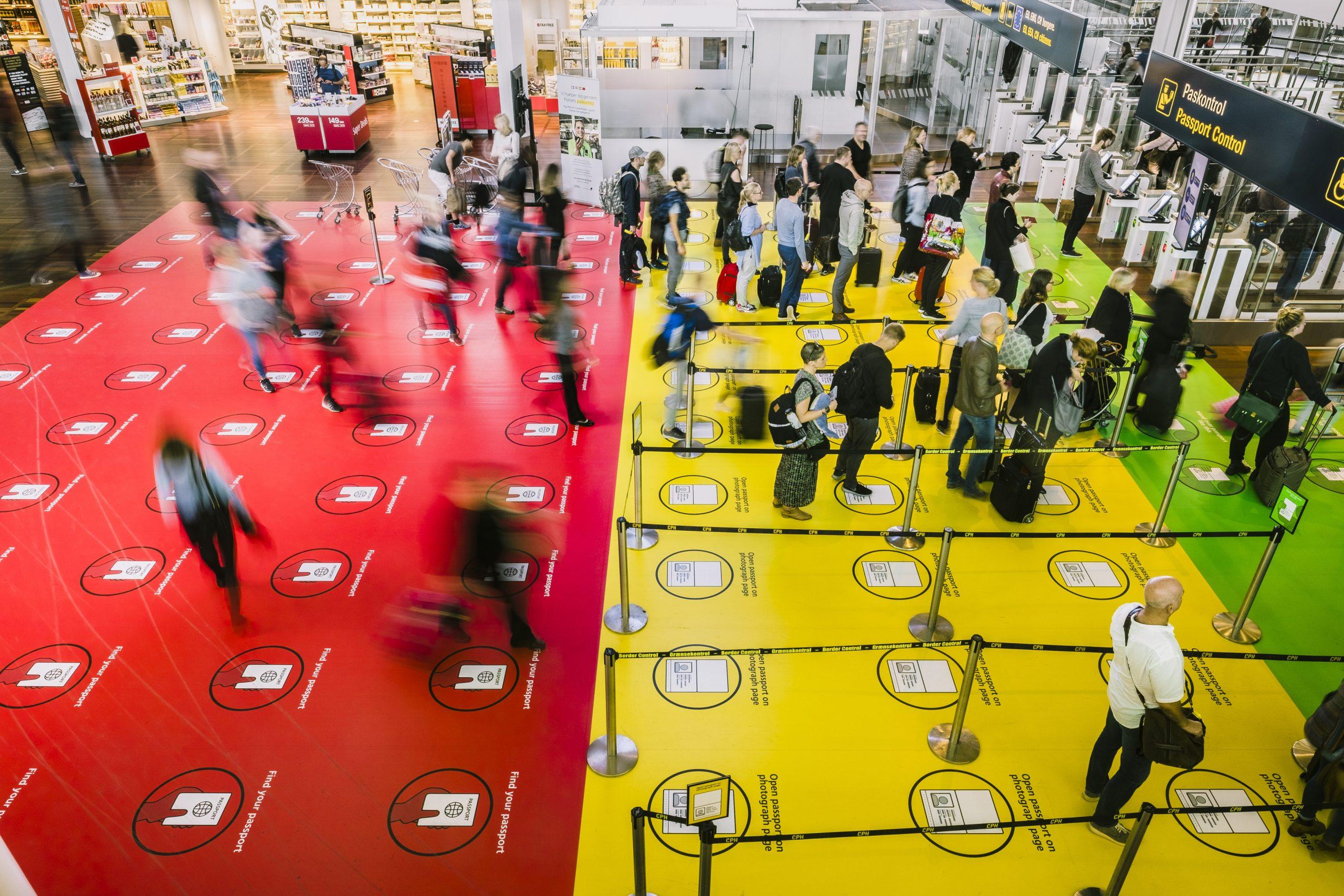 Rejsebureaubranchens foreninger er glade for den nye politiske aftale. Den er med til at hjælpe rejsebureauerne overleve krisen med de lukkede landegrænser. Her arkivfoto fra paskontrollen i Københavns Lufthavn, foto: Jasper Carlberg.