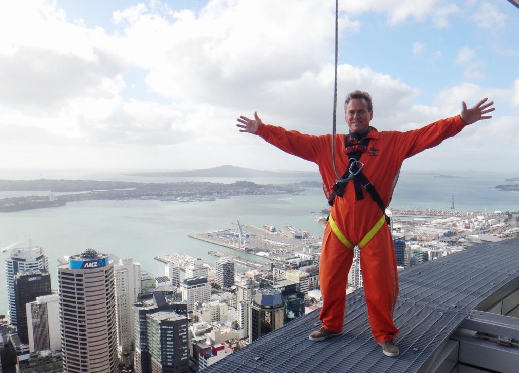 Michael Jensen og hans rejsebureau PacificTours.dk er netop erklæret konkurs, der har ikke været solgt nogen rejser siden starten af marts. Bureauet havde blandt andet gæster til New Zealand, her ses Michael Jensen i en af hovedbyen Aucklands største turistattraktioner, Skywalk. Privatfoto.