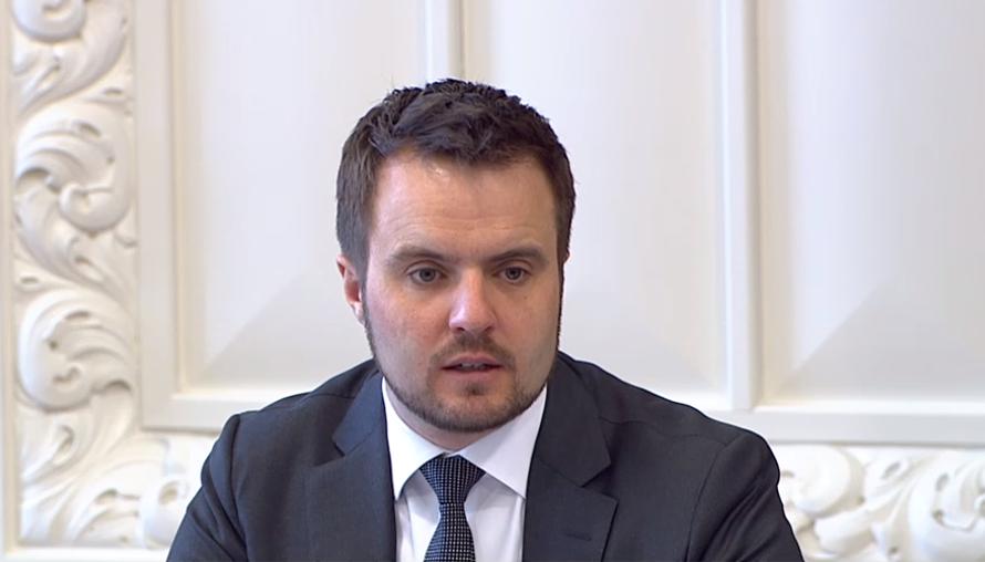 Erhvervsminister Simon Kollerup under erhvervsudvalgets åbne møde i dag, tirsdag. Foto: TV fra Folketinget.