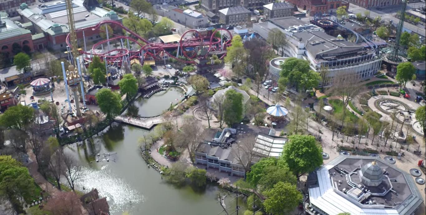 Tivoli, Danmarks største turistattraktion, forventer nu at genåbne 8. juni, mere end to måneder efter haven oprindeligt skulle have startet sommersæsonen. Klik for større format. Dronefoto fra Tivolis presseafdeling.