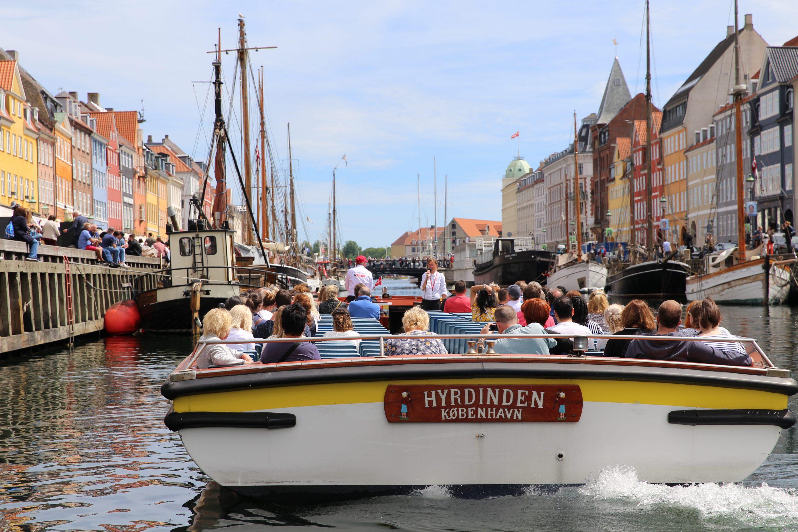 Fra mandag den 8. juni sejler Canal Tours igen i Københavns Havn. Normalt har selskabet 17 kanalbåde, i første omgang startes der med blot én. Arkivpressefoto fra Strömma.