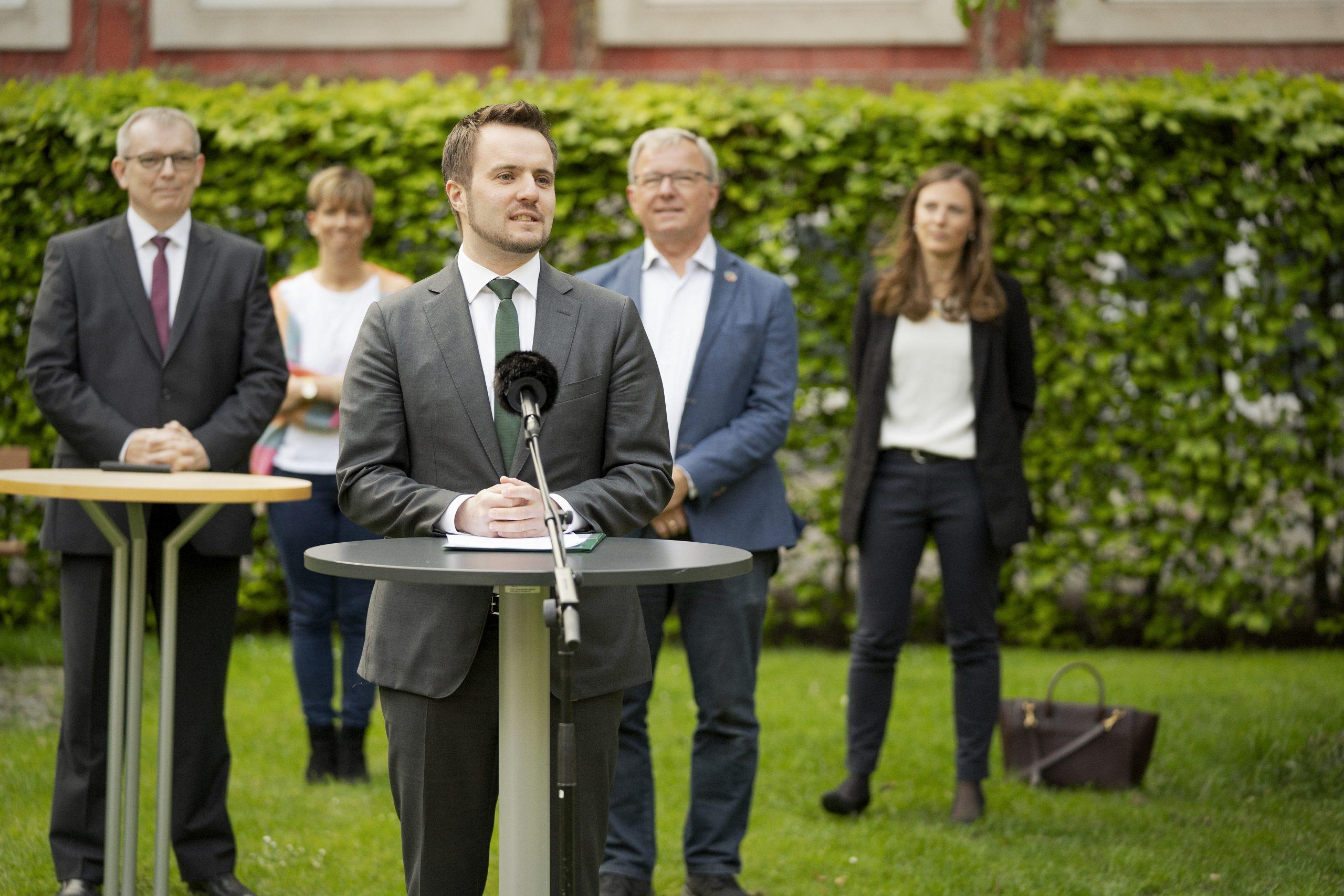 Erhvervsminister Simon Kollerup med repræsentanter fra de øvrige Folketingspartier ved præsentationen sidste måned af den seneste hjælpepakke til rejsebureauerne. Foto: Andreas Beck, erhvervsministeriet.