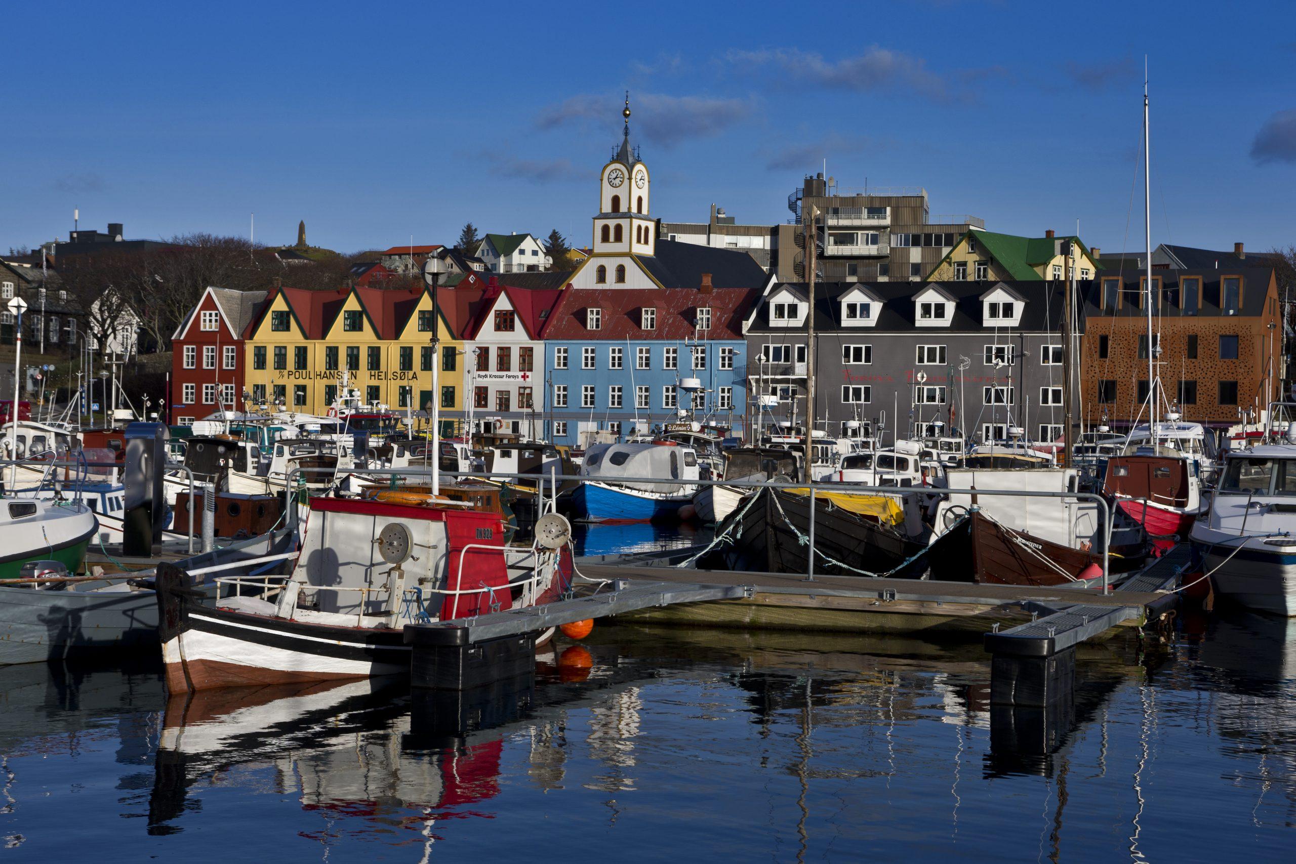 Primo Tours, et af Danmarks største charterrejsebureauer, tilbyder grundet de ekstraordinære omstændigheder denne sommer rejser til blandt andet Færøerne. Her er det fra havnen i Torshavn. PR-foto via Primo Tours.