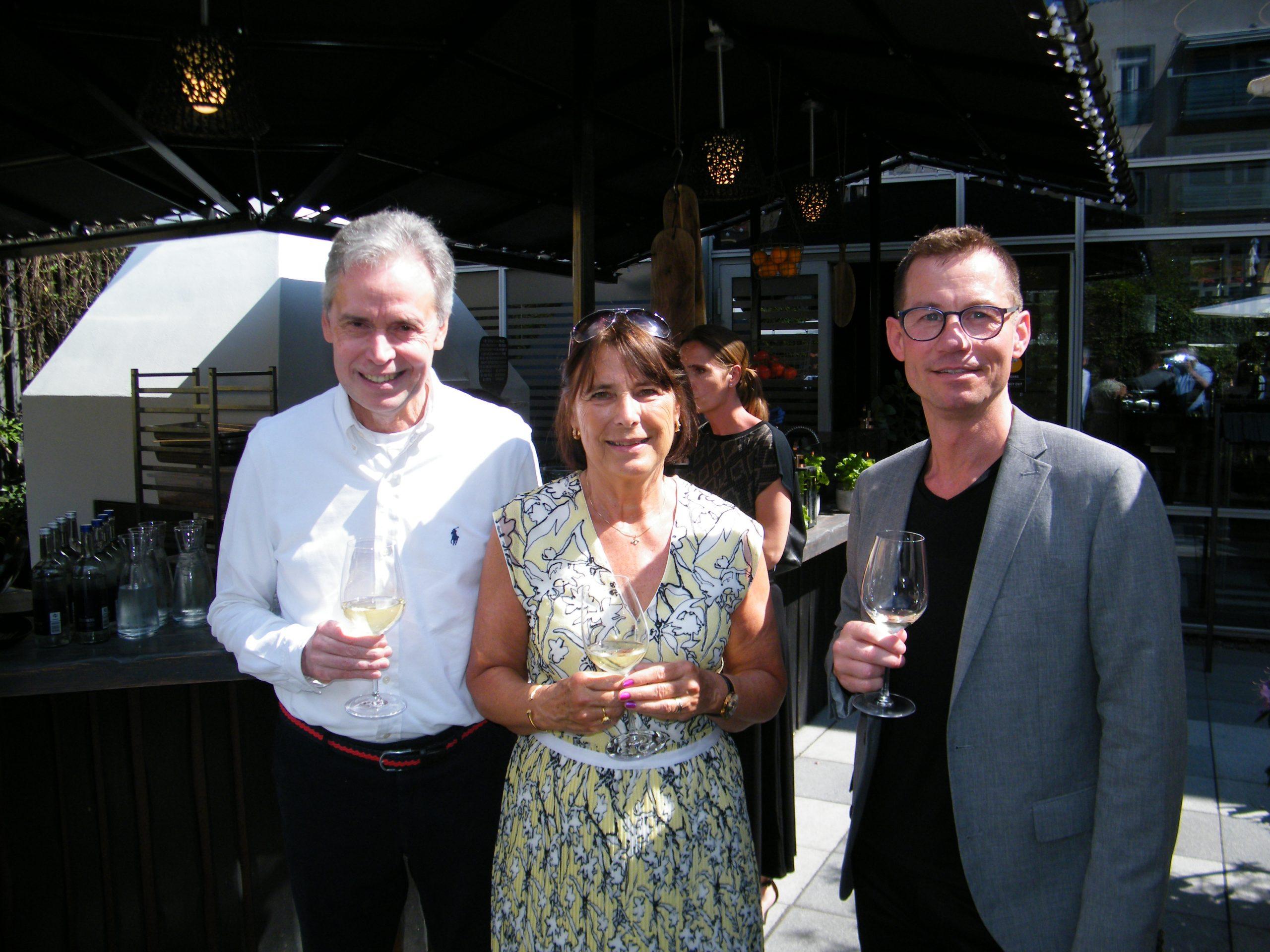 Dagens midtpunkt, Pia Lind, ved sin afskedsreception med, til venstre, Flemming Sonne, der sidste år gik på pension som salgsdirektør for Thai Airways i Danmark, og administrerende direktør Carsten Lindholm Pedersen fra Billetkontoret. Foto: Henrik Baumgarten.