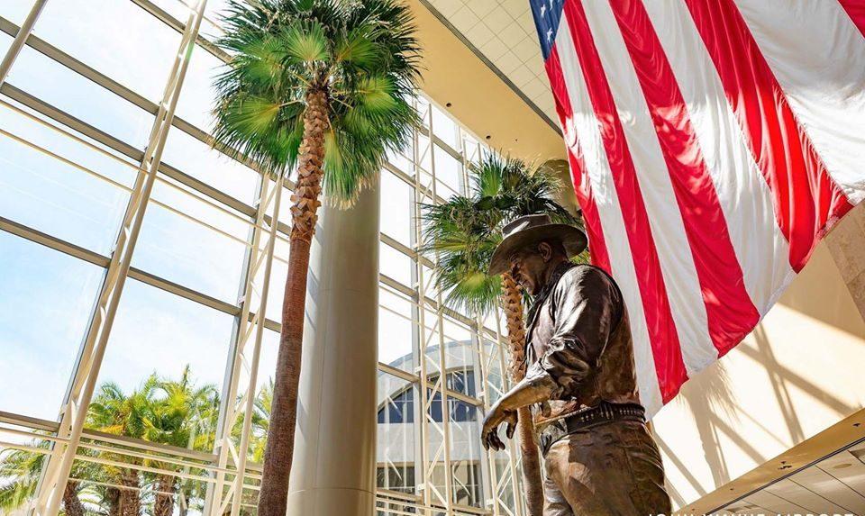 John Wayne-lufthavnen i Orange County har blandt andet en iøjnefaldende tre meter høje figur af John Wayne i terminalområdet. Foto: John Wayne Airports Facebookside.