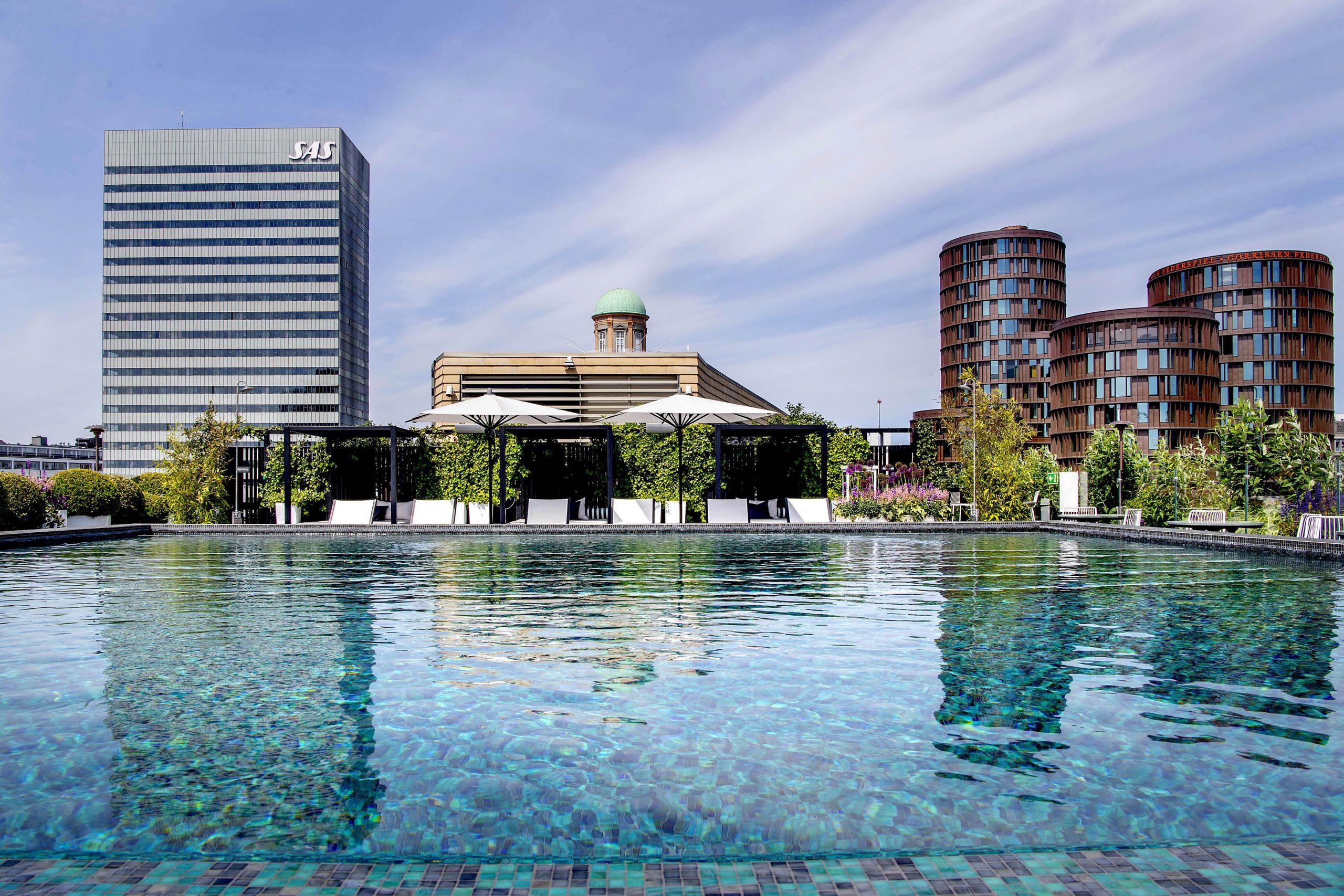 Regeringen har ombestemt sig, nu må udenlandske turister alligevel bo på hotel i København. Her er udsigten fra Tivolis Nimb-hotel, der blandt andet har udendørs pool, i baggrunden Radissons Royal-hotel. Pressefoto for Tivoli: Bax Lindhardt.