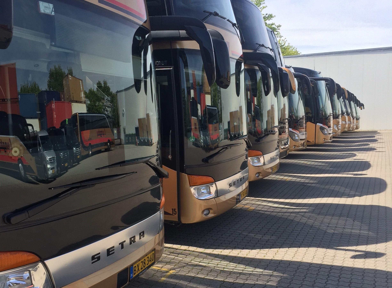 Stillestående turistbusser hos Lyngby Turistfart. Pressefoto via Dansk PersonTransport.