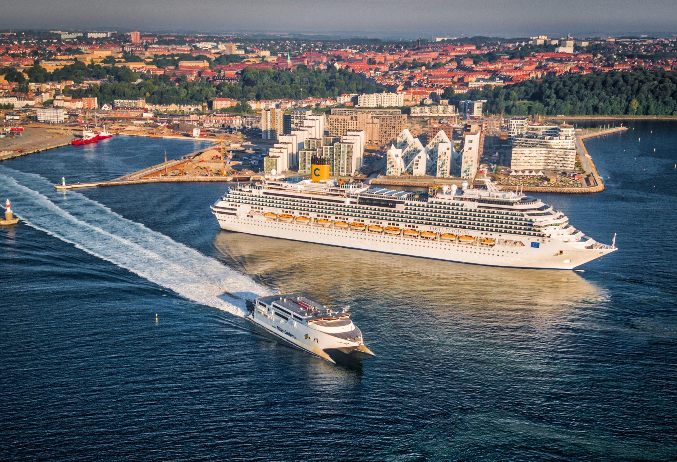 De danske havne må i år kigge langt efter krydstogtskibe. På arkivfotoet er Costa Favolosa i Aarhus Havn med Molslinjen i forgrunden. Pressefoto for VisitAarhus: Dennis Borup Jakobsen.