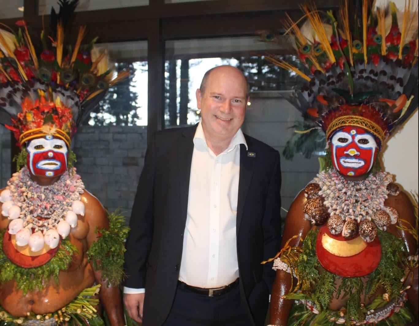 Peter Laigaard Jensen – i midten – har været vidt omkring i hotelbranchen i navnlig udlandet. I disse år er han direktør for en hotelkæde i Papua New Guinea. Her er han med repræsentanter fra en af landets mange stammer. Privatfoto.
