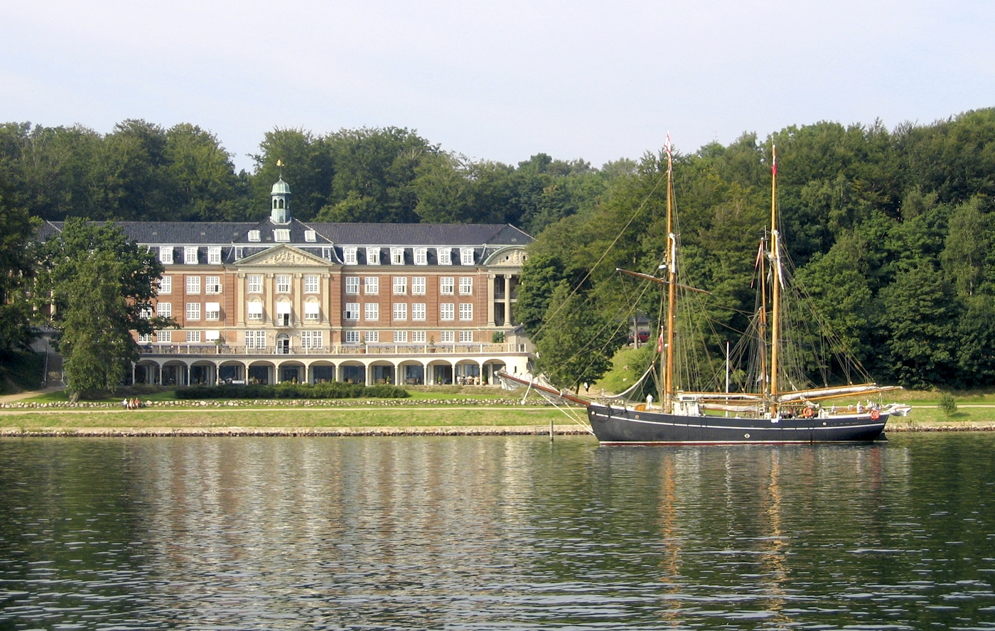 Hotel Koldingfjord fra fjordsiden. (Foto: Hotel Koldingfjord)