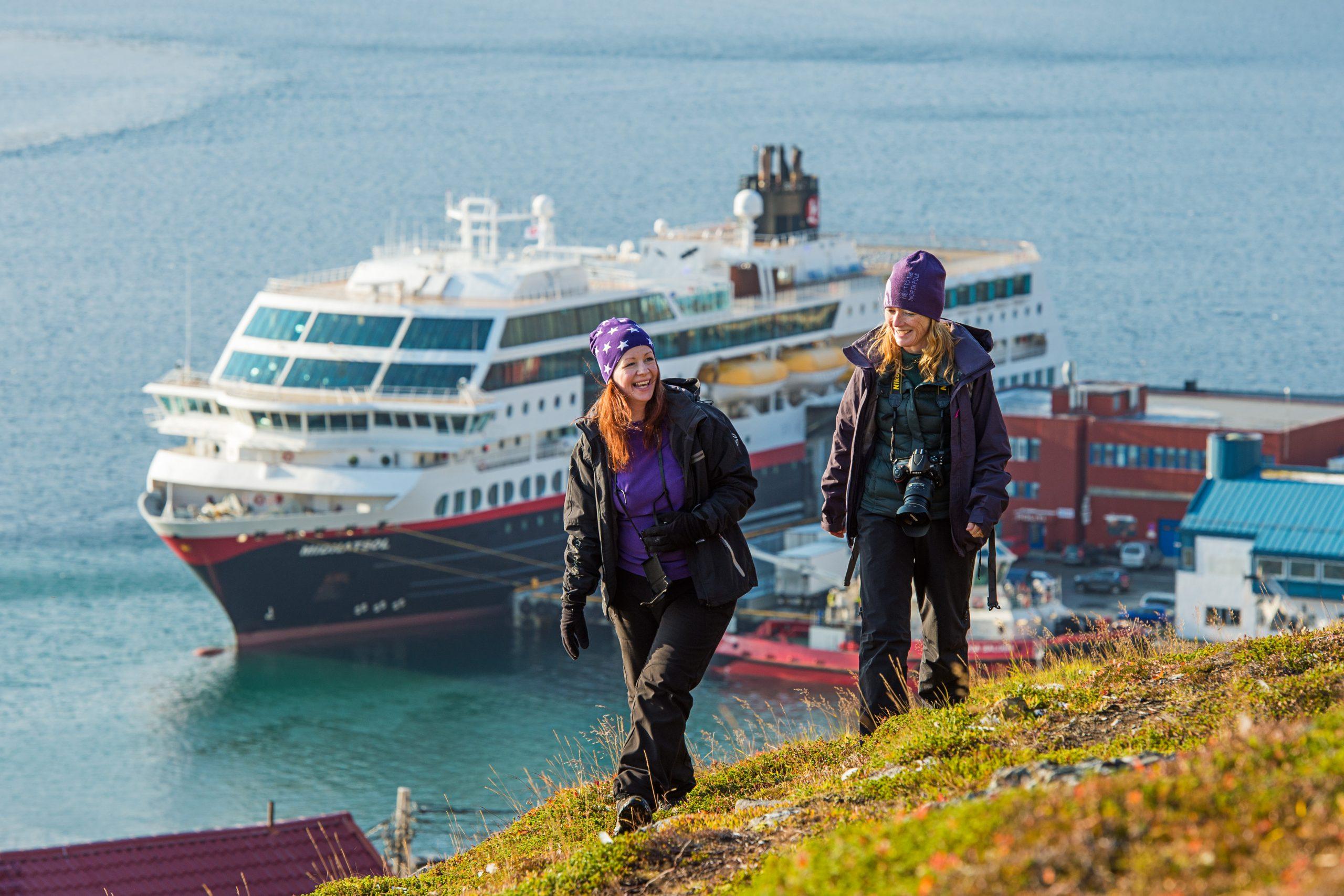 MS Finnmarken begyndte som første skib fra Hurtigruten at sejle igen den 16. juni efter nedlukningen som følge af coronakrisen, men foreløbig med nedsat passagerkapacitet. Pressefoto for Hurtigruten: Ørjan Bertelsen.