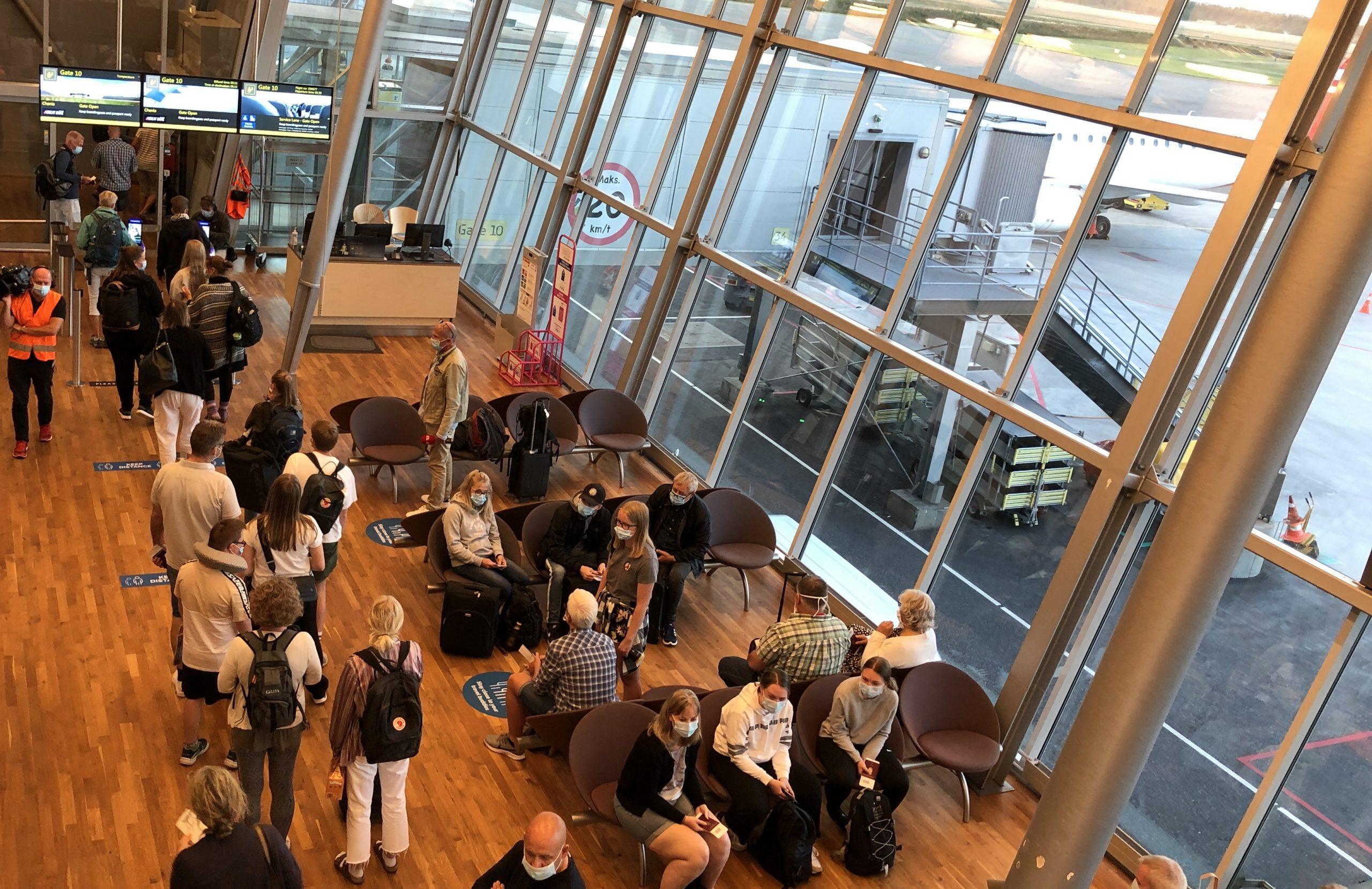 Iført også mundbind er passagererne i Gate 10 i Billund Lufthavn fredag morgen fyldt med chartergæster, der skulle med det første charterfly ud af Danmark siden den 13. marts. Foto: Billund Lufthavn.