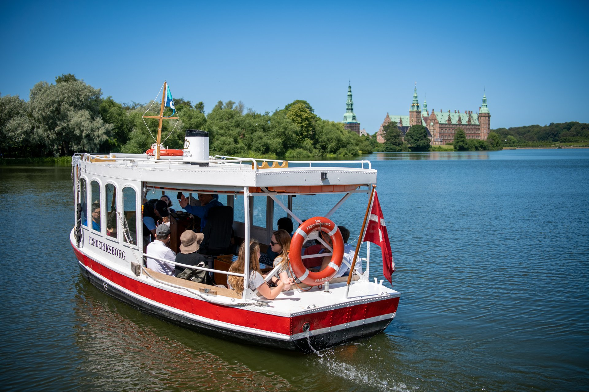 Fra i morgen, lørdag, behøver norske turister ikke at have købt seks overnatninger for at komme ind i Danmark. Her er det Frederiksborg Slot ved Hillerød, foto for VisitNordsjælland: Tine Uffelmann.