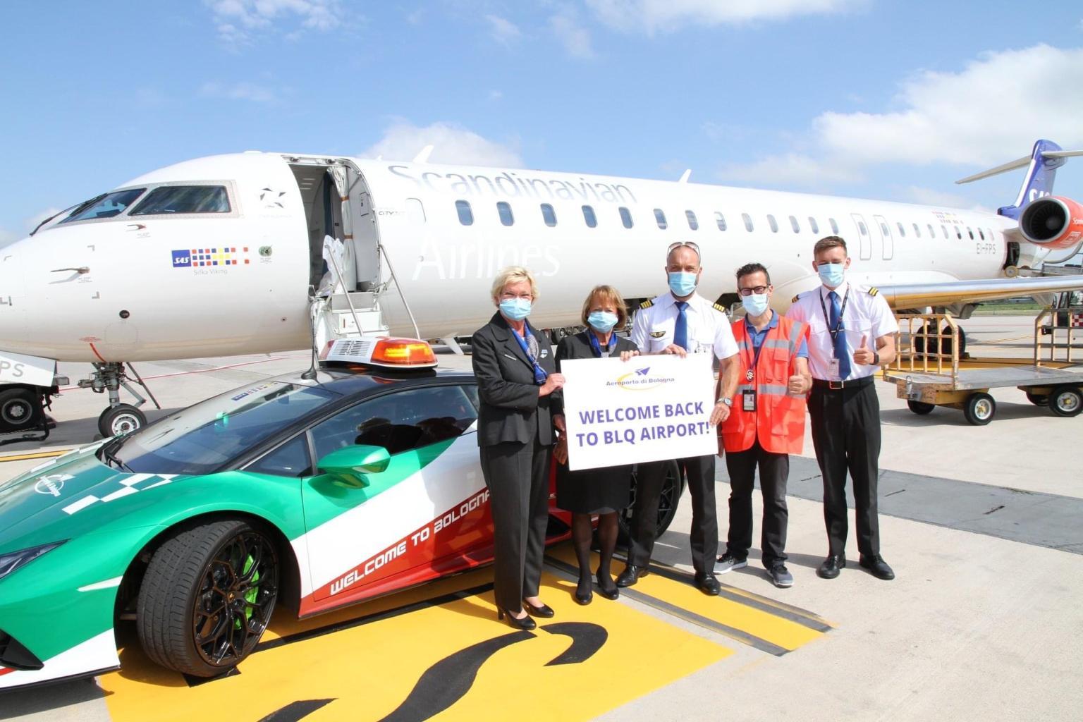 SAS-flyet, fra irske CityJet, efter landingen lørdag formiddag i Bolognas lufthavn med Lamborghini Huracan-raceren, der kan nå op på over 350 kilometer i timen. Foto via Linkedin.
