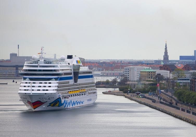 Tyske Aida Cruises, et datterselskab under amerikanske Carnival Corp., begynder til august at sejle krydstogter ud af Tyskland, men uden at gå i havn andre steder. På arkivfotoet ses et skib fra Aida i Københavns Havn. Foto: Københavns Havn.
