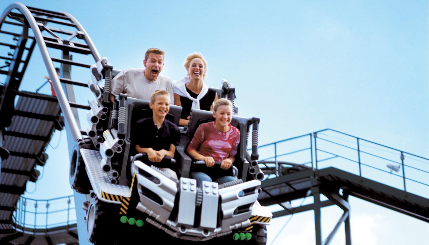 De hurtigkørende forlystelser i de danske forlystelsesparker kan fra i morgen lade gæsterne køre som normalt, de skal bare have mundbind på. Her arkivpressefoto fra Legoland i Billund.