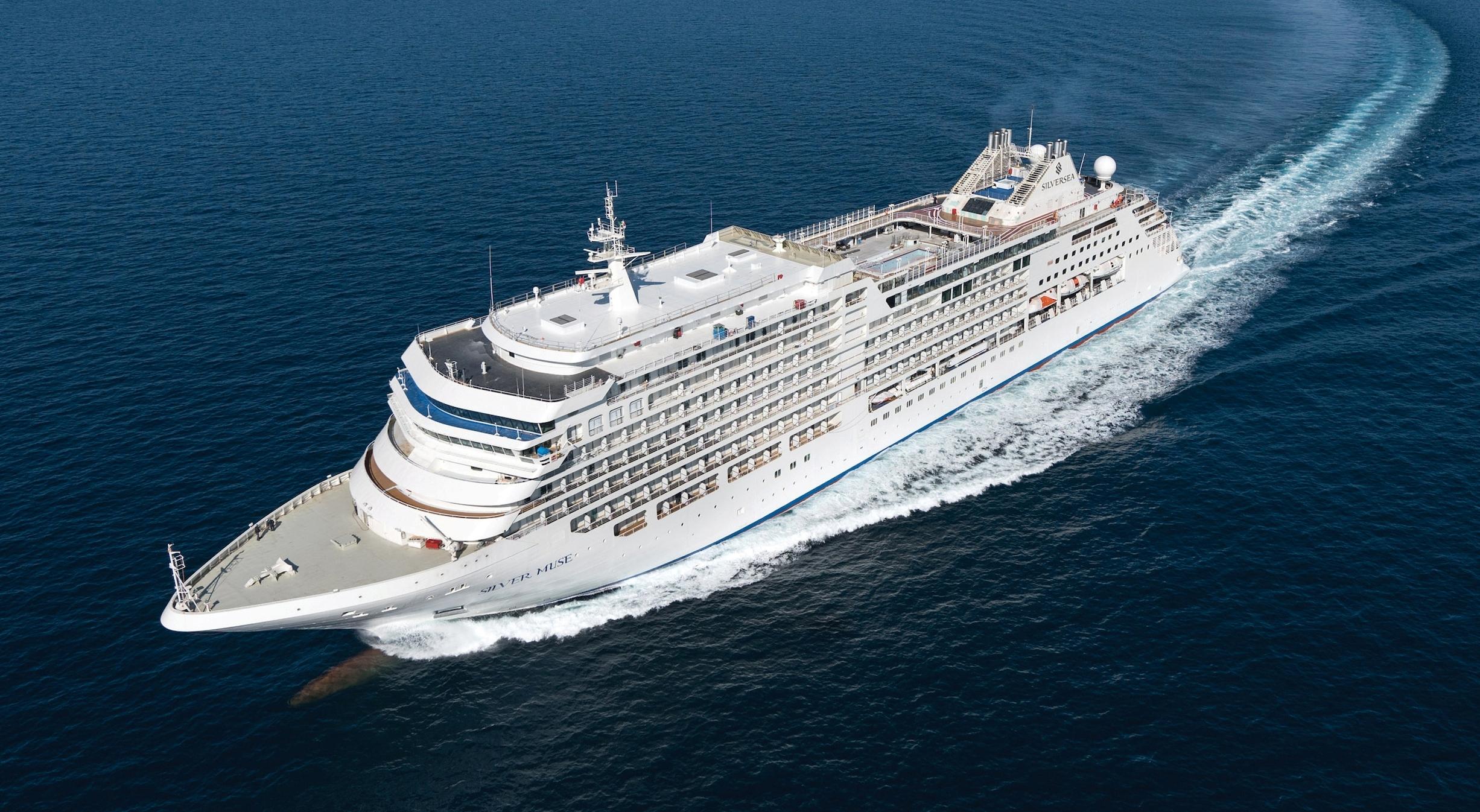Royal Caribbean ejer nu 100 procent af italienske Silversea Cruises, der er blandt verdens førende rederier indenfor ultra deluxe. Her er det Silver Muse, Silverseas hidtil største skib med plads til 596 passagerer. PR-foto.