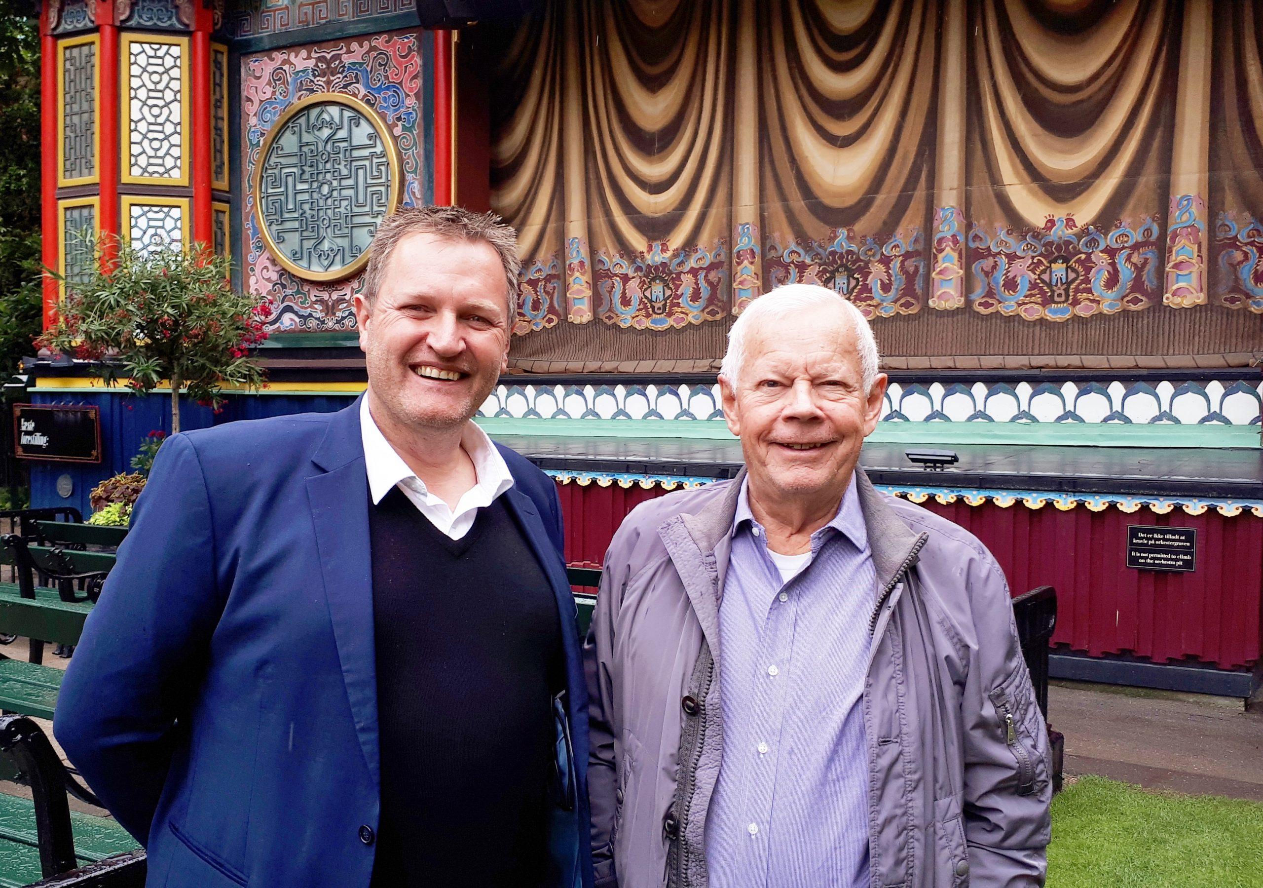 Den tiltrædende og afgående administrerende direktør i incomingbureauet DMC, Thomas Høy, til venstre, og Jens Elers, i Tivoli. Foto: Henrik Baumgarten.
