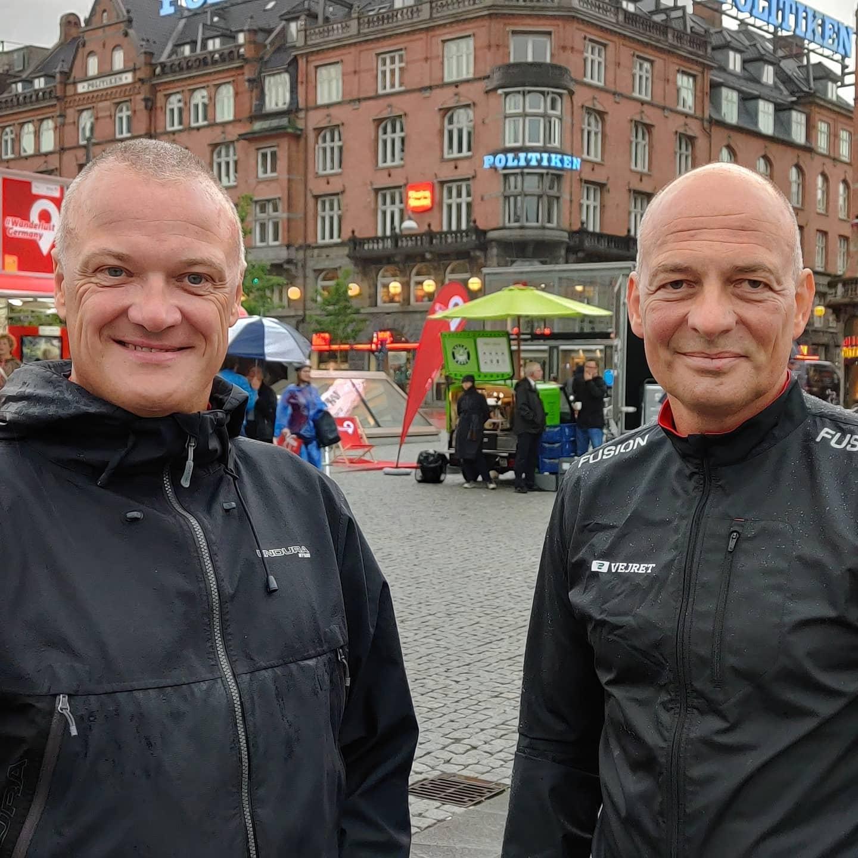Klar til afgang mod Berlin, Tysklands turistchef i Danmark, Bo Schou Lauridsen, til venstre, med vært på TV2 Vejret, Peter Tanev, inden afgangen i lørdags fra Rådhuspladsen i København. Foto: Rejselandet Tyskland.