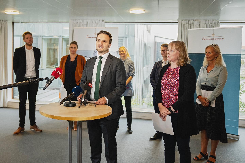 Med erhvervsminister Simon Kollerup i spidsen præsenterede ordførerne fra forligspartierne dagens aftale på Christiansborg. (Foto: Erhvervsministeriet)