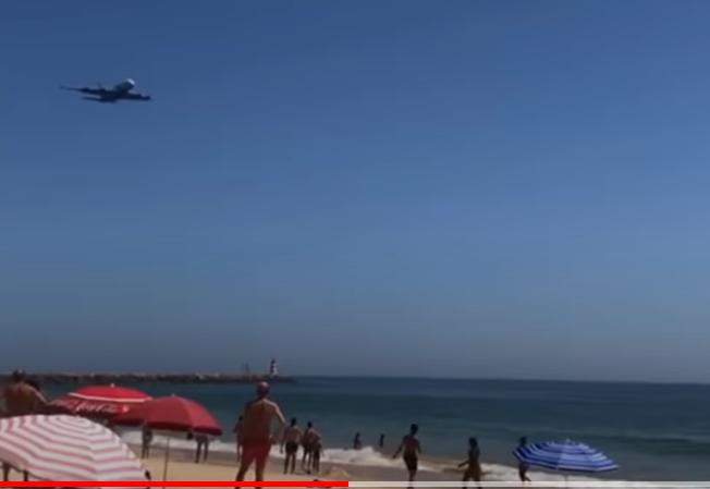 Airbus A380-flyet fra portugisiske Hi Fly i lav højde over Algarve-stranden i det sydlige Portugal. Se videoen inde i artiklen. Screenshot.
